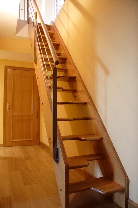 Escaleras De Instalación Para Pequeños Espacios, Donde El Apartamento Sea  Pequeño Y No Se Requiera Una Gran Altura, Son Escaleras Empinadas.